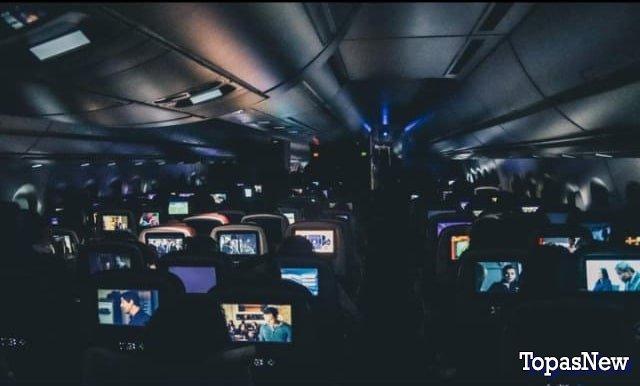 Люди в самолёте смотрят фильм - картинка